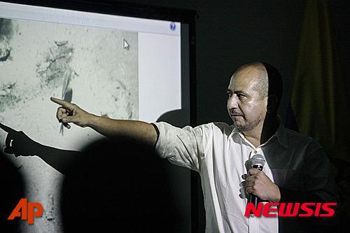 콜롬비아 고고학 역사 연구소의 에르네스토 몬테네그로 소장이 카르타제나에서 1708년 6월 8일 침몰한 보물선 산 호세호의 해저 발굴 사진을 언론에 공개하며 설명하고 있다. /자료사진=뉴시스(AP제공)