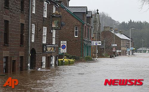 영국 북서부 애플비에 지난 5일(현지시간) 폭우로 홍수가 발생해 도로와 건물 일부가 물에 잠겨 있다. /사진=뉴시스(AP)