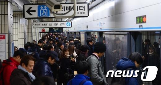 '지하철 4호선' 지난달 26일 오전 화재로 한때 운행 중지됐던 서울 강북구 수유역이 운행재개되면서 출근길 시민들로 붐비고 있다. /자료사진=뉴스1