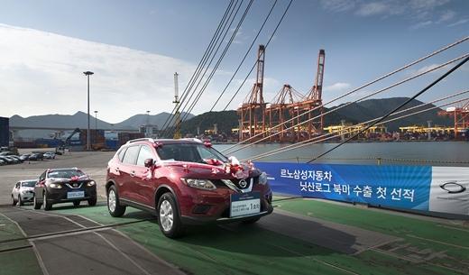 지난해 9월 르노삼성 부산공장에서 생산된 닛산 로그가 북미 수출을 위해 첫 선적되는 모습. /사진=르노삼성자동차