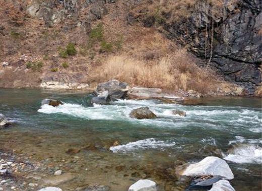 정선 소금강길 계곡물. 지난주 내린 눈으로 겨울 같지 않게 물이 많이 불어나 있다.