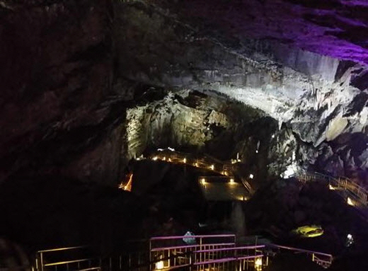 1930년대 노다지시대의 상징과 같은 화암동굴