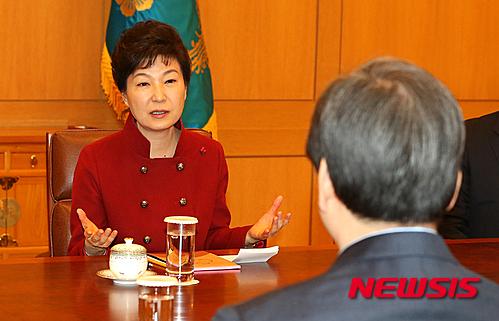 박근혜 대통령이 7일 오후 청와대에서 새누리당 김무성 대표, 원유철 원내대표와 회동하고 있다. /사진=뉴시스