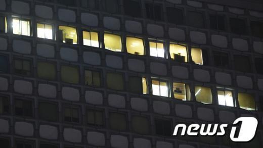 9일 저녁 긴급 중앙집행위원회가 열리고 있는 서울 중구 정동 민주노총 사무실에 불이 켜져 있다. /사진=뉴스1
