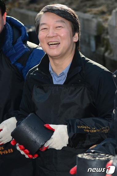 안철수 무소속 의원이 16일 오후 상계동 희망어린이공원에서 열린 '희망나눔 연탄배달' 행사에 참가, 연탄을 나르고 있다. /사진=뉴스1 임세영 기자