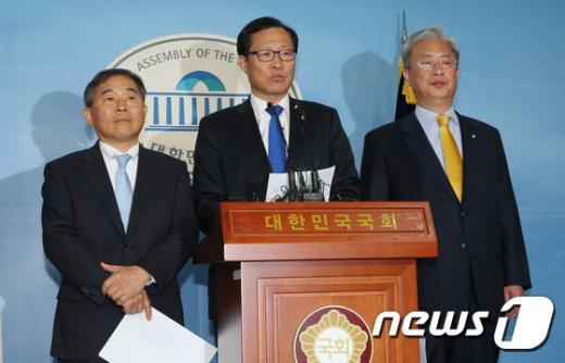 (왼쪽부터)황주홍 문병호 유성엽 새정치민주연합 의원. /사진=뉴스1