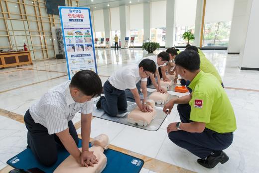 광주은행 임직원들이 지난 8월 실시된 2015 을지연습에서 심폐소생술 훈련을 실시하고 있다.