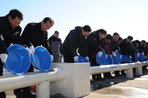 '명태치어 방류'김영석 해양수산부 장관이 18일 강원도 고상군 대진항에서 열린 명태치어 방류행사에 참석해 내빈들과 치어를 방류하고 있다. /사진=해양수산부 제공