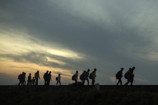 사진=AP/뉴시스 세르비아 국경을 넘어온 난민들이 9월3일(현지시간) 헝가리 로즈케 인근 기차역 철로를 따라 걷고 있다.