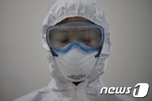 '메르스 종식' 서울 중구 국립중앙의료원에서 지난 6월10일 의료진이 방호복을 입은 채 메르스(MERS·중동호흡기증후군) 감염환자 입원 병동에 들어가기 위해 기다리고 있다. /자료사진=뉴스1