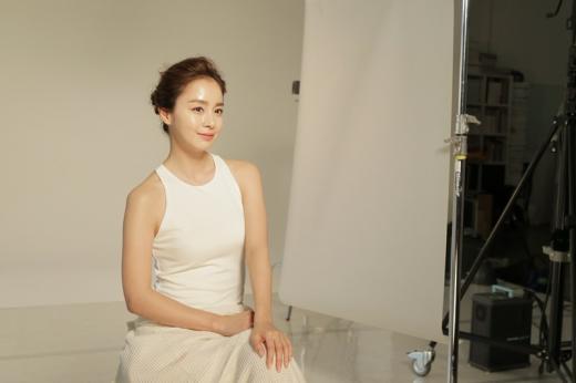 김태희, 무보정에도 빛나는 피부…셀트리온스킨큐어, 광고 비하인드 컷 공개