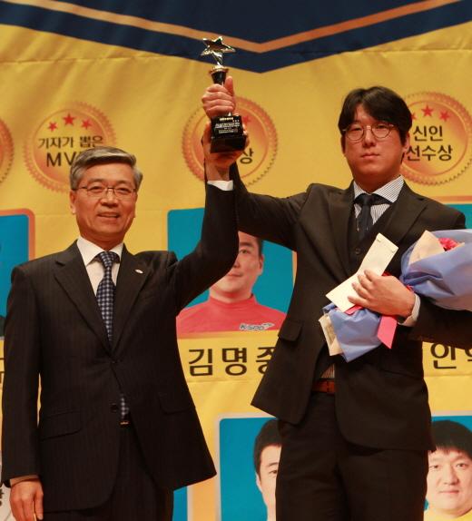 올해의 선수에 선정된 이현구(오른쪽)와 축하하는 이명호 본부장(왼쪽). /사진제공=국민체육진흥공단