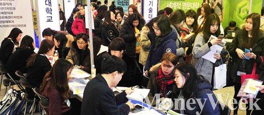 [MW사진] 전문대 입학정보 상담받는 수험생들