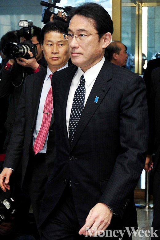 [MW사진] 위안부 회담 나선 기시다 후미오 일본 외무상