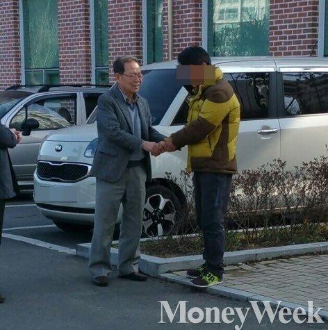 김만식 몽고식품 명예회장이 27일 오후 운전기사 A씨를 찾아 사과하고 있다