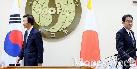 [MW사진] 한-일 외교장관회의, 가깝고도 먼 한일 관계