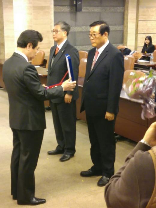 최영종 남경종합건설 대표이사가 2015년 윤리경영대상 시상식서 우수상을 수상하고 있다.