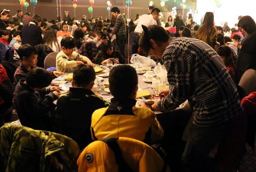 28일 더케이호텔서울 가야금홀에서 열린 '제19회 사랑의 송년잔치'에 참여한 어린이들이 자원봉사자들과 함께 탁상시계를 만들고 있다. /사진제공=더케이호텔서울
