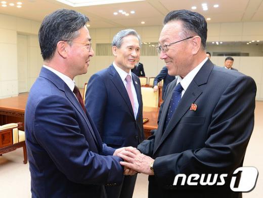 '김양건 사망' 홍용표 통일부 장관(왼쪽)이 김양건 북한 노동당비서와 합의를 마친 후 악수하고 있다. //사진=뉴스1DB