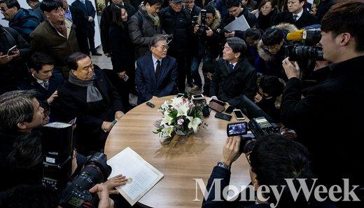 [MW사진] 다시 만난 문재인-안철수, '뜨거운 취재열기'