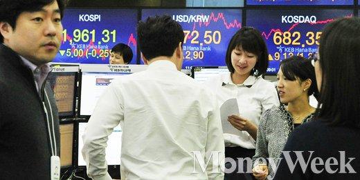 국내 증시의 2015년 마지막 거래일인 30일 서울 중구 을지로 KEB 하나은행 본점 딜링룸에서 딜러들이 업무를 보고 있다. /사진=임한별 기자