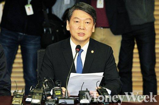 '안철수 신당' 새정치민주연합을 탈당한 무소속 안철수 의원이 지난달 21일 서울 여의도 국회에서 신당 창당에 대한 계획을 밝히며 기자회견을 하고 있다. /자료사진=임한별 기자