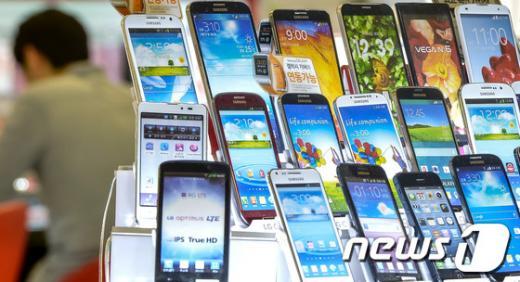 서울 용산구 아이파크몰의 통신기기 매장에 스마트폰이 전시돼있다. /사진=뉴스1