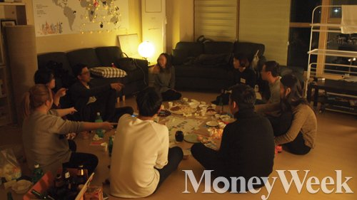 셰어하우스 '머물공'에 거주중인 대학생 등이 거실에 모여 담소를 나누고 있다. /사진=성동규 기자