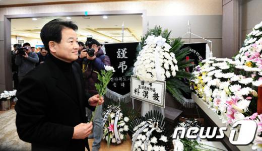 '안철수 정동영' 정동영 전 의원이 6일 오후 전북 익산 실로암장례식장에 마련된 이춘석 더불어민주당 의원 부친 빈소를 찾아 조문하고 있다. /사진=뉴스1