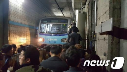 6일 오후 지하철 4호선 서울 한성대입구역과 성신여대입구역 사이에서 멈춰선 전동차에서 승객들이 내려 선로를 따라 탈출하고 있다. /사진=뉴스1(독자제공)