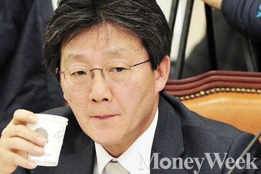 [MW사진] 북한 핵실험 관련 국회 국방위 회의, 목축이는 유승민