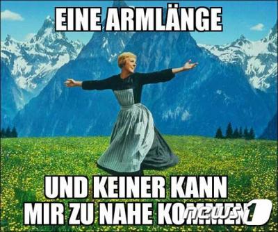 """'독일 쾰른' 독일 쾰른 집단성추행 사건 이후 시장이 """"한 팔 거리"""" 발언으로 논란이 확산되고 있는 가운데, 쾰른의 한 시민이 """"한 팔 거리, 그리고 아무도 나에게 가까이 올 수 없다""""며 독일 잘츠부르크를 배경으로 한 영화 '사운드 오브 뮤직' 포스터를 이용해 레커 시장 발언을 패러디하고 있다. /사진=뉴스1(트위터 출처)"""