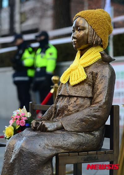 '소녀상 경찰' 지난달 27일 서울 종로구 주한일본대사관 앞 소녀상이 털모자와 목도리를 착용하고 있다. /자료사진=뉴시스