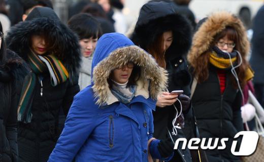 서울의 아침 최저기온이 영하 7도까지 떨어지며 매서운 한파가 계속된 8일 오전 서울 광화문 네거리를 지나는 시민들이 두꺼운 옷을 입고 발걸음를 옮기고 있다. /사진=뉴스1 임경호 기자