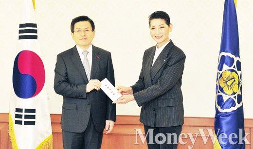 ▲(왼쪽부터) 황교안 국무총리, 김성주 대한적십자사 총재
