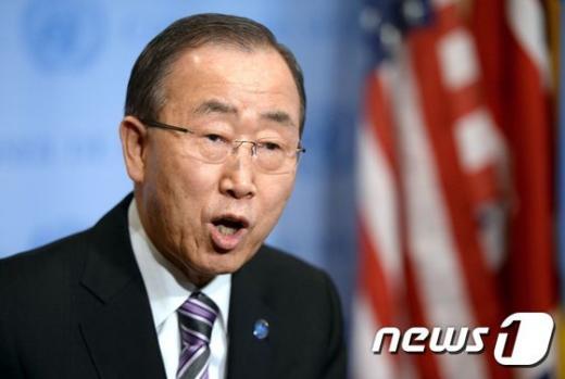 '반기문' 반기문 유엔 사무총장이 6일(현지시간) 미국 뉴욕 유엔본부에서 북한 핵실험에 대한 대응을 논의하기 위한 유엔 안보리에 참석하기 전에 기자회견을 하고 있다. /사진=뉴스1