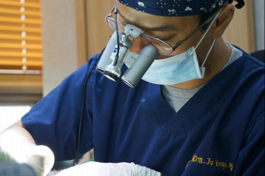 [김주용 원장의 비절개모발이식센터①] 모발이식 찾는 20대 탈모 환자들 늘어...성공적인 탈모치료결과 얻으려면