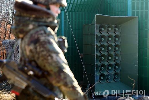 8일 오후 경기 연천군 중부전선에 위치한 대북확성기에서 방송이 재개되고 있다. /사진=머니투데이(사진공동취재단 제공)
