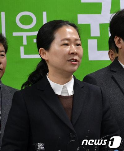 '권은희 의원 탈당' 권은희 의원(광주 광산을)이 11일 오전 광주시의회에서 기자회견을 열고 안철수 신당인 국민의당 입당을 공식 선언하고 있다.
