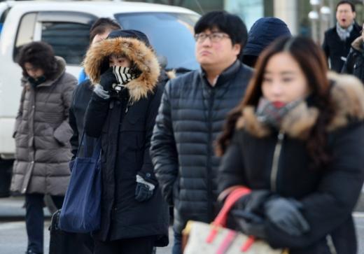 서울 최저기온이 영하 8도까지 떨어진 12일 오전 서울 광화문네거리에서 시민들이 출근길 발걸음을 서두르고 있다/사진=뉴스1 구윤성 기자