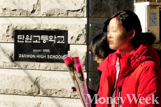 [MW사진] 단원고 졸업식, 정든 학교 떠나는 세월호 참사 생존 학생들