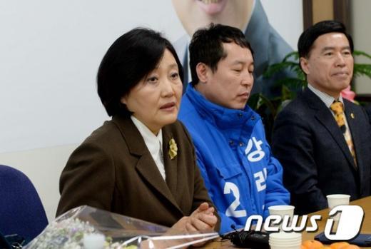 '박영선 문재인' 더불어민주당 박영선 의원(맨 왼쪽)이 12일 강래구 대전동구 위원장 선거사무소를 방문해 대화를 나누고 있다. /사진=뉴스1