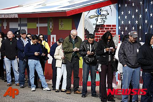 '미국 파워볼' 미국 애리조나에서 시민들이 복권을 사기 위해 줄을 서 있다. /사진=뉴시스(AP제공)