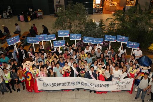 지난 10월 인천국제공항서 중국 단체 관광객과 진행한 'K스마일 캠페인'. /사진제공=한국관광공사