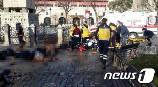 터키 이스탄불의 술탄아흐메트광장 폭발 현장에 희생자들의 시신이 널브려져 있다. /사진=뉴스1(AFP 제공)