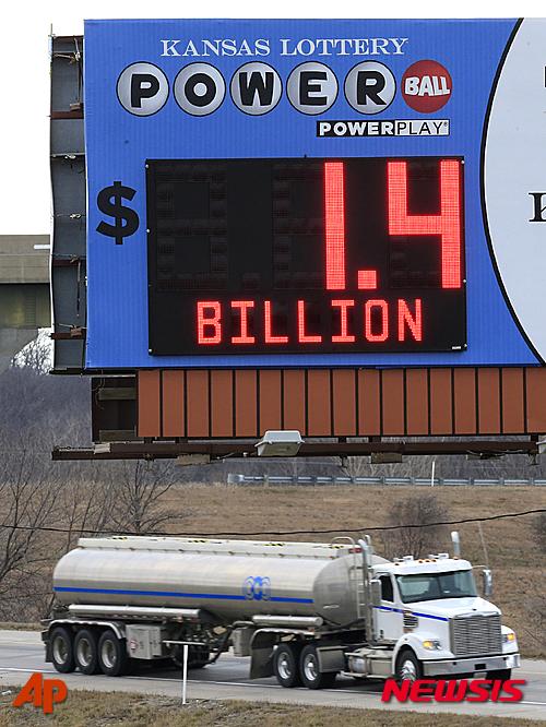 미국 캔사스주 토페카의 한 도로에 설치된 파워볼 당첨금 현황 전광판에 11일(현지시간) 14억 달러가 표시돼있다. /사진=뉴시스(AP제공)