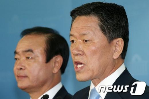 더불어민주당 장병완 의원(왼쪽)과 주승용 의원이 13일 서울 여의도 국회 정론관에서 기자회견을 열고 탈당을 공식 선언하고 있다. /사진=뉴스1 오대일 기자