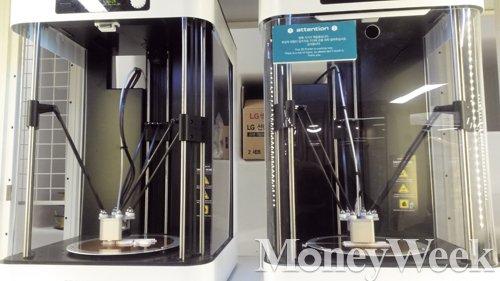 3D프린터 개발업체 에이팀벤처스의 3D프린터가 로고 모형물을 출력하고 있다. /사진=박효선 기자