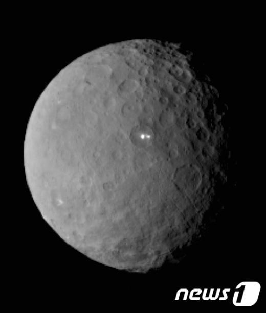 크레이터 내에서 2줄기 빛을 내고 있는 왜소행성 세레스. /사진=뉴스1(AFP 제공)