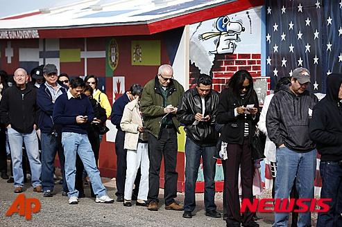 미국 애리조나주 화이트힐스에서 10일(현지시간) 주민들이 파워볼 티켓을 사기 위해 줄을 서있다. /사진=뉴시스(AP제공)